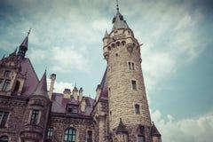 MOSZNA POLEN - JUNI 04, 2017: Den Moszna slotten är ett historiskt Fotografering för Bildbyråer