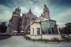 MOSZNA POLEN - JUNI 04, 2017: Den Moszna slotten är ett historiskt Royaltyfri Foto