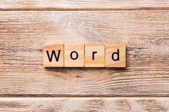 mot écrit sur le bloc en bois EXPRIMEZ le texte sur la table en bois pour votre desing, concept images stock