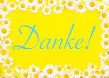 Mot allemand pour Thank vous sur le fond jaune encadré par des marguerites Images libres de droits