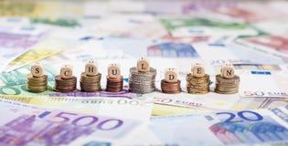 Mot allemand Schulden sur des piles de pièce de monnaie, fond d'argent liquide Photographie stock