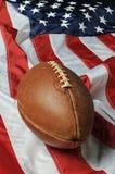 mot amerikanska flagganfotboll Arkivbild