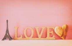 mot AMOUR des lettres et du coeur en bois Image stock