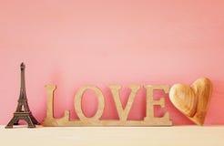 mot AMOUR des lettres et du coeur en bois Image libre de droits