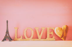 mot AMOUR des lettres et du coeur en bois Photos libres de droits