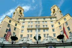 mot arlington den blåa hotellskyen royaltyfria bilder