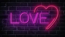 Mot au néon d'amour sur le mur de briques Enseigne rougeoyante rose Image stock