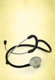 mot bakgrund danat gammalt stetoskop Royaltyfria Foton