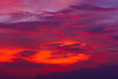 mot bakgrund field blåa oklarheter för grön vitt wispy natursky för gräs Röd himmel på natten och moln Härligt och Co arkivbild
