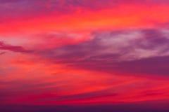mot bakgrund field blåa oklarheter för grön vitt wispy natursky för gräs Röd himmel på natten och moln Härligt och Co royaltyfria foton