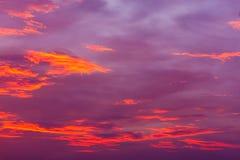 mot bakgrund field blåa oklarheter för grön vitt wispy natursky för gräs Röd himmel på natten och moln Härligt och Co fotografering för bildbyråer