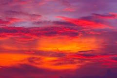 mot bakgrund field blåa oklarheter för grön vitt wispy natursky för gräs Röd himmel på natten och moln Härligt och Co arkivbilder