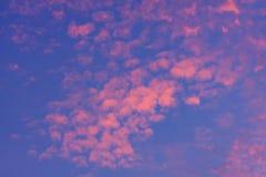 mot bakgrund field blåa oklarheter för grön vitt wispy natursky för gräs Röd himmel på natten och moln Härligt och Co arkivfoto