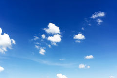 mot bakgrund field blåa oklarheter för grön vitt wispy natursky för gräs Vita oklarheter över den blåa skyen Arkivbilder