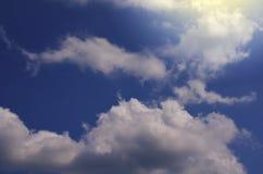 mot bakgrund field blåa oklarheter för grön vitt wispy natursky för gräs Fluffiga mjuka moln i tonad himmel arkivfoto
