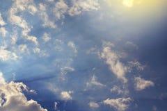 mot bakgrund field blåa oklarheter för grön vitt wispy natursky för gräs Fluffiga mjuka moln i tonad himmel fotografering för bildbyråer