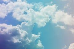mot bakgrund field blåa oklarheter för grön vitt wispy natursky för gräs Fluffiga mjuka moln i tonad himmel royaltyfri foto