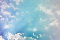 mot bakgrund field blåa oklarheter för grön vitt wispy natursky för gräs Fluffiga mjuka moln i tonad himmel arkivbilder