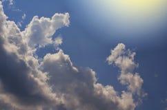mot bakgrund field blåa oklarheter för grön vitt wispy natursky för gräs Fluffiga mjuka moln i tonad himmel royaltyfria bilder