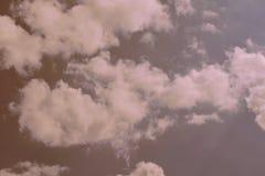 mot bakgrund field blåa oklarheter för grön vitt wispy natursky för gräs Fluffiga mjuka moln i tonad himmel arkivfoton