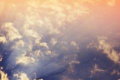 mot bakgrund field blåa oklarheter för grön vitt wispy natursky för gräs Fluffiga mjuka moln i tonad himmel royaltyfri bild