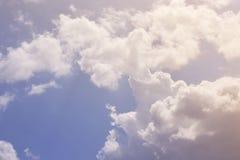 mot bakgrund field blåa oklarheter för grön vitt wispy natursky för gräs Fluffiga mjuka moln i tonad himmel arkivbild