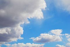 mot bakgrund field blåa oklarheter för grön vitt wispy natursky för gräs Fluffiga mjuka moln i tonad himmel royaltyfria foton