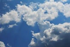mot bakgrund field blåa oklarheter för grön vitt wispy natursky för gräs Fluffiga mjuka moln i tonad himmel royaltyfri fotografi