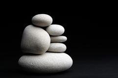 mot bakgrund stenar black white arkivfoto