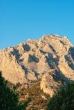 mot bergskyen Arkivfoton