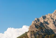 mot bergskyen Arkivfoto