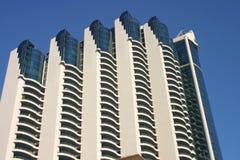 mot blå byggnad isolerad modern sky royaltyfri foto
