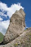 mot blåa caucasus clouds den enorma rockskyen Arkivfoton