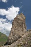 mot blåa caucasus clouds den enorma rockskyen Fotografering för Bildbyråer