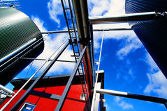 mot blåa industriella behållare för skytrappastål Fotografering för Bildbyråer