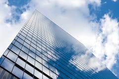 mot blått affärsskytorn Royaltyfri Foto