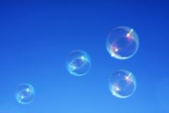 mot blue bubbles skyen Arkivfoto