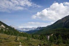 mot blue clouds bergskydalen Royaltyfria Foton