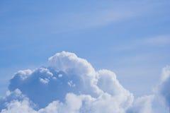 mot blue clouds skyen arkivbilder