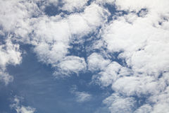 mot blue clouds skyen Royaltyfri Bild