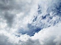 mot blue clouds slapp white för sky Arkivbilder