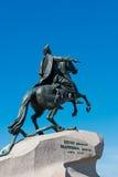 mot blue mig sky för monumentpeter petersburg russia saint Royaltyfri Foto