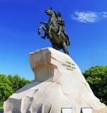 mot blue mig sky för saint för monumentpeter petersbur Arkivbild