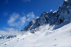 mot bluemaxima snow skylutningar brant arkivbild