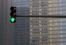 mot byggnadsstoplight Fotografering för Bildbyråer