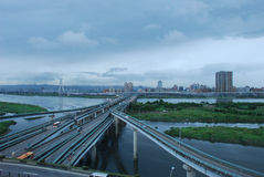mot cityscapemotorvägskyen Royaltyfri Foto