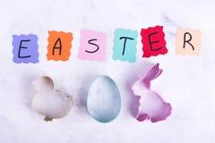 Mot coloré Pâques, formes d'oeuf, lièvre, poulet photographie stock libre de droits