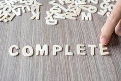 Mot COMPLET des lettres en bois d'alphabet Affaires et idée photos libres de droits