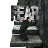 Mot concret de transport de crainte d'homme d'affaires sur de vieux escaliers concrets Photographie stock libre de droits