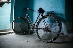 mot cykeln som lutar den gammala väggen Royaltyfri Bild